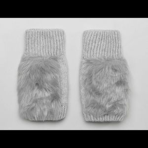 Accessories - BRAND NEW Gloves with faux fur detail